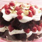 Alegra tus días con este rico trifle de pudín de chocolate, fresas y brownie