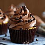 Prepara unos ricos cupcakes de brownie con un exquisito frosting de chocolate